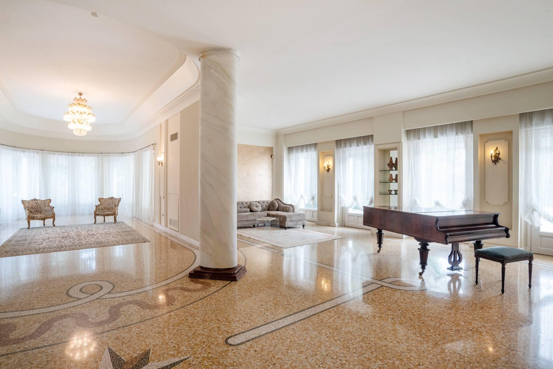 Lussuosa villa neoclassica con ampio parco e piscina - 12