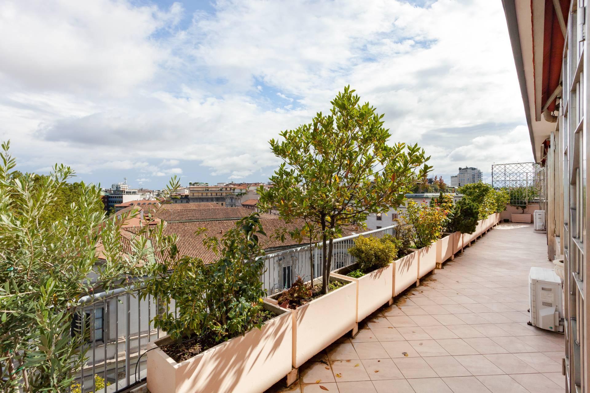 Beautiful residence with terrace in Via Senato - 19