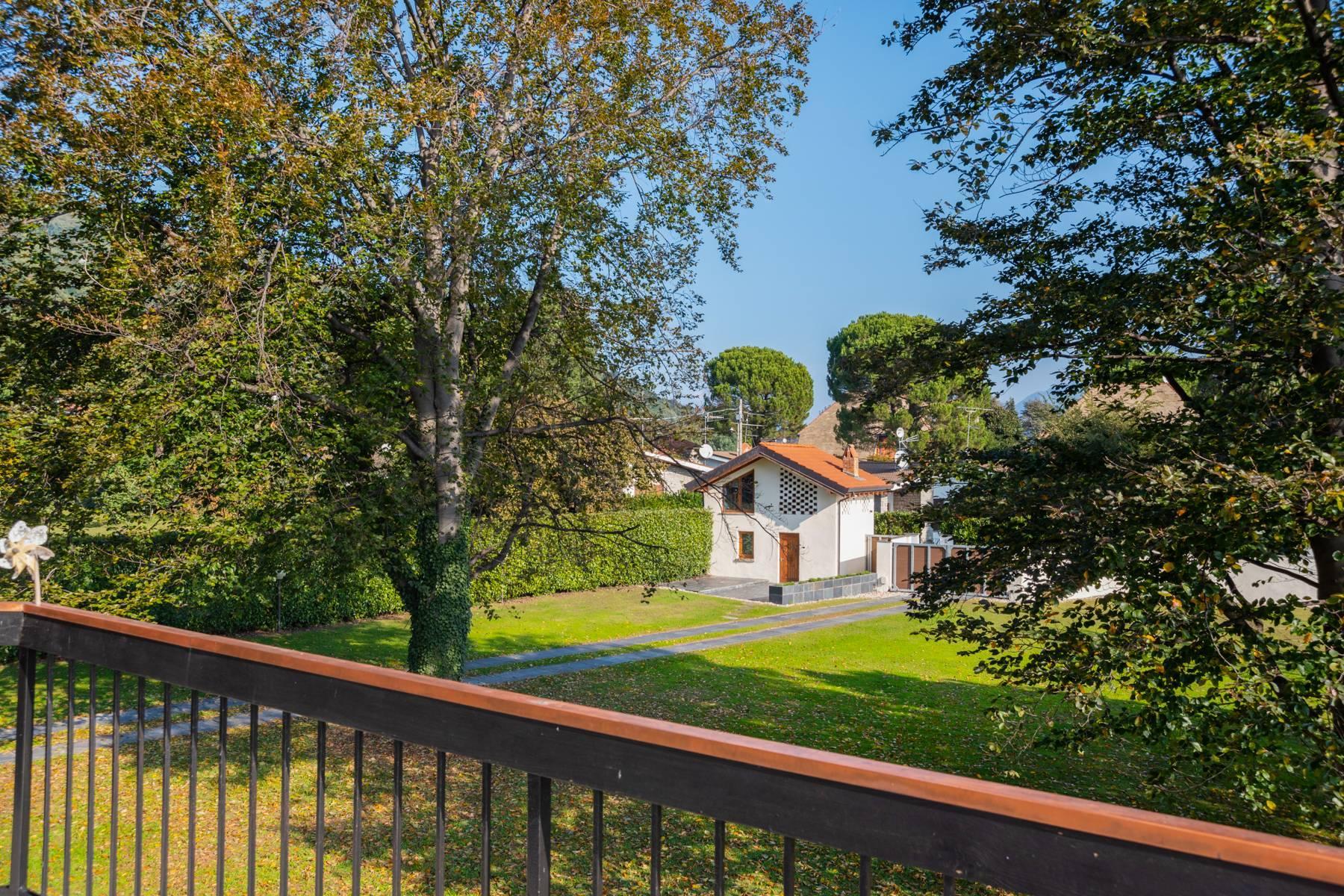 Schöne Villa mit Pool und Nebengebäude nur einen Steinwurf vom See entfernt - 8
