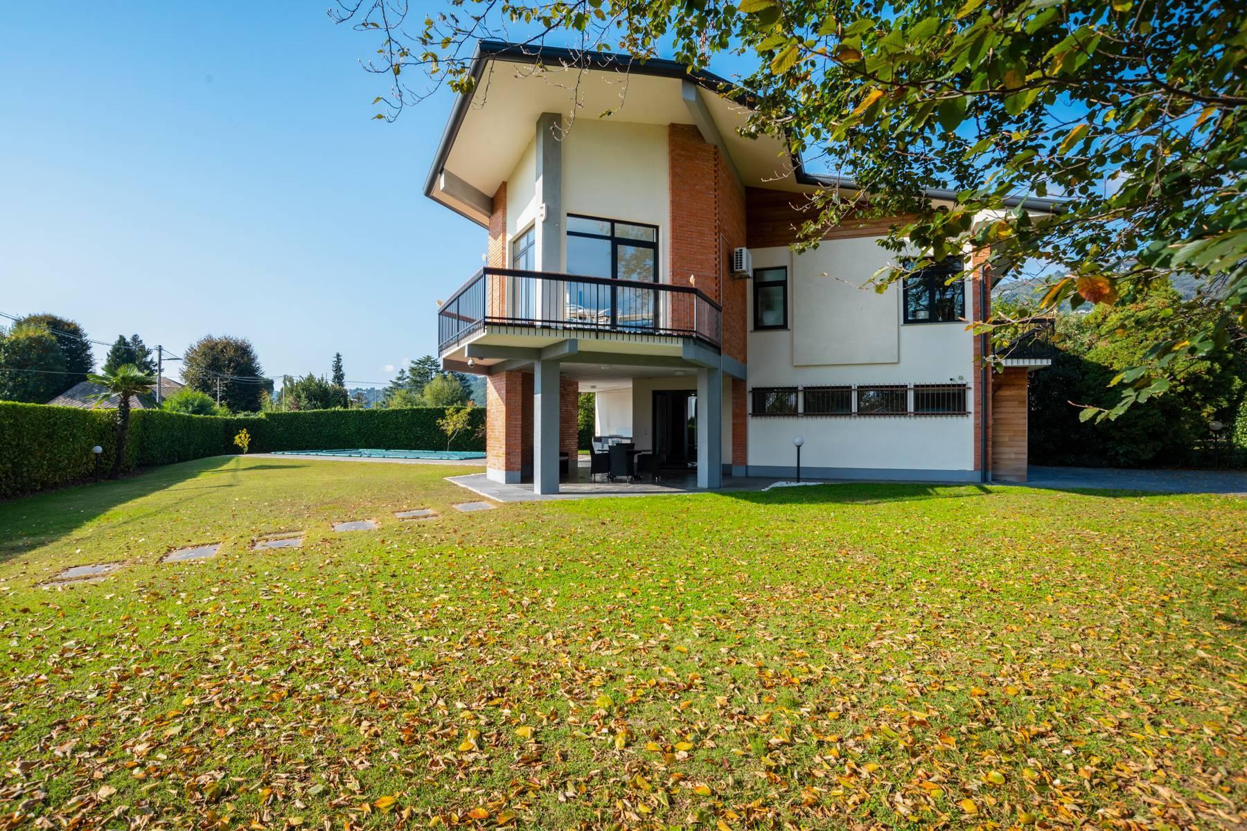 Schöne Villa mit Pool und Nebengebäude nur einen Steinwurf vom See entfernt - 34