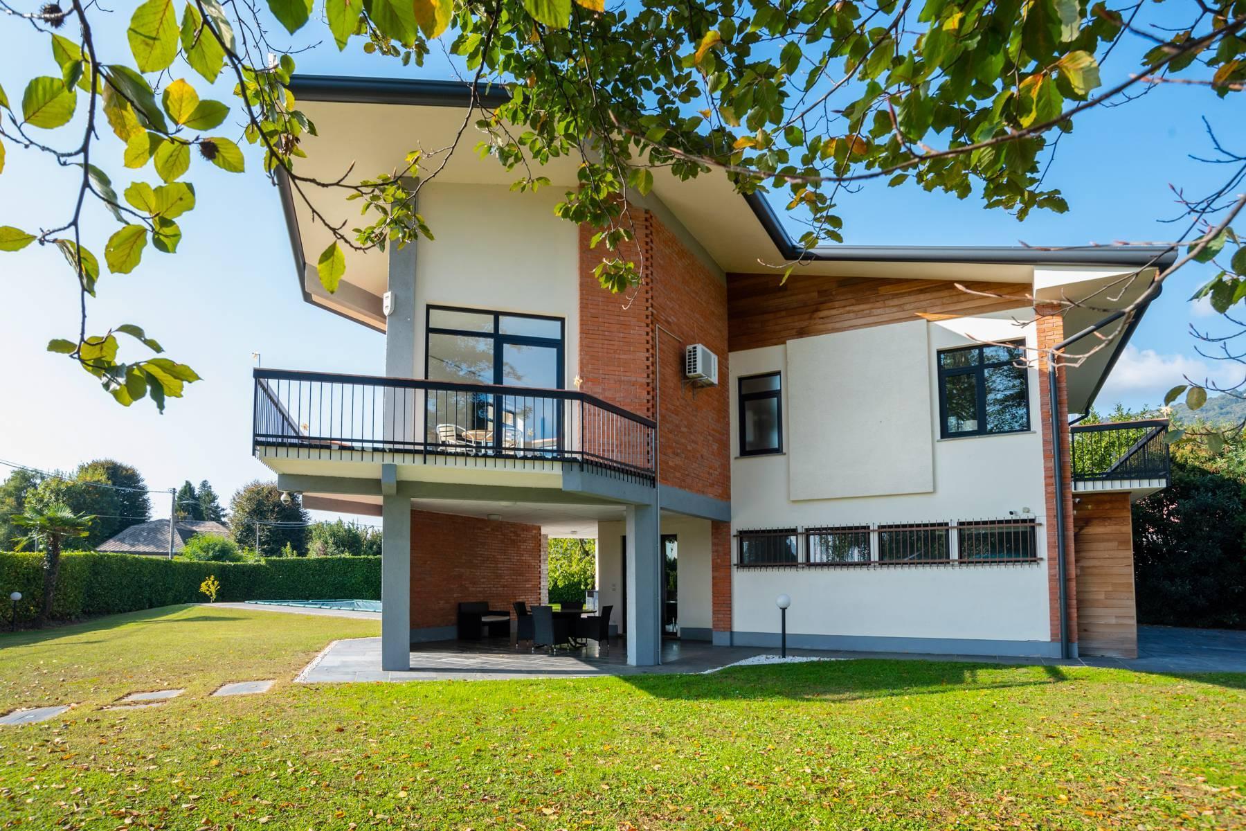 Schöne Villa mit Pool und Nebengebäude nur einen Steinwurf vom See entfernt - 33