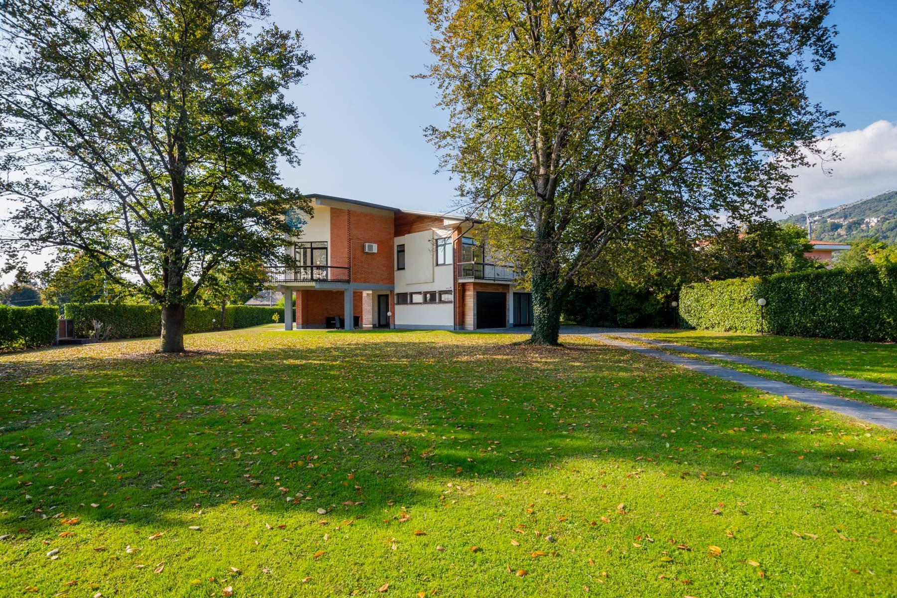 Schöne Villa mit Pool und Nebengebäude nur einen Steinwurf vom See entfernt - 35