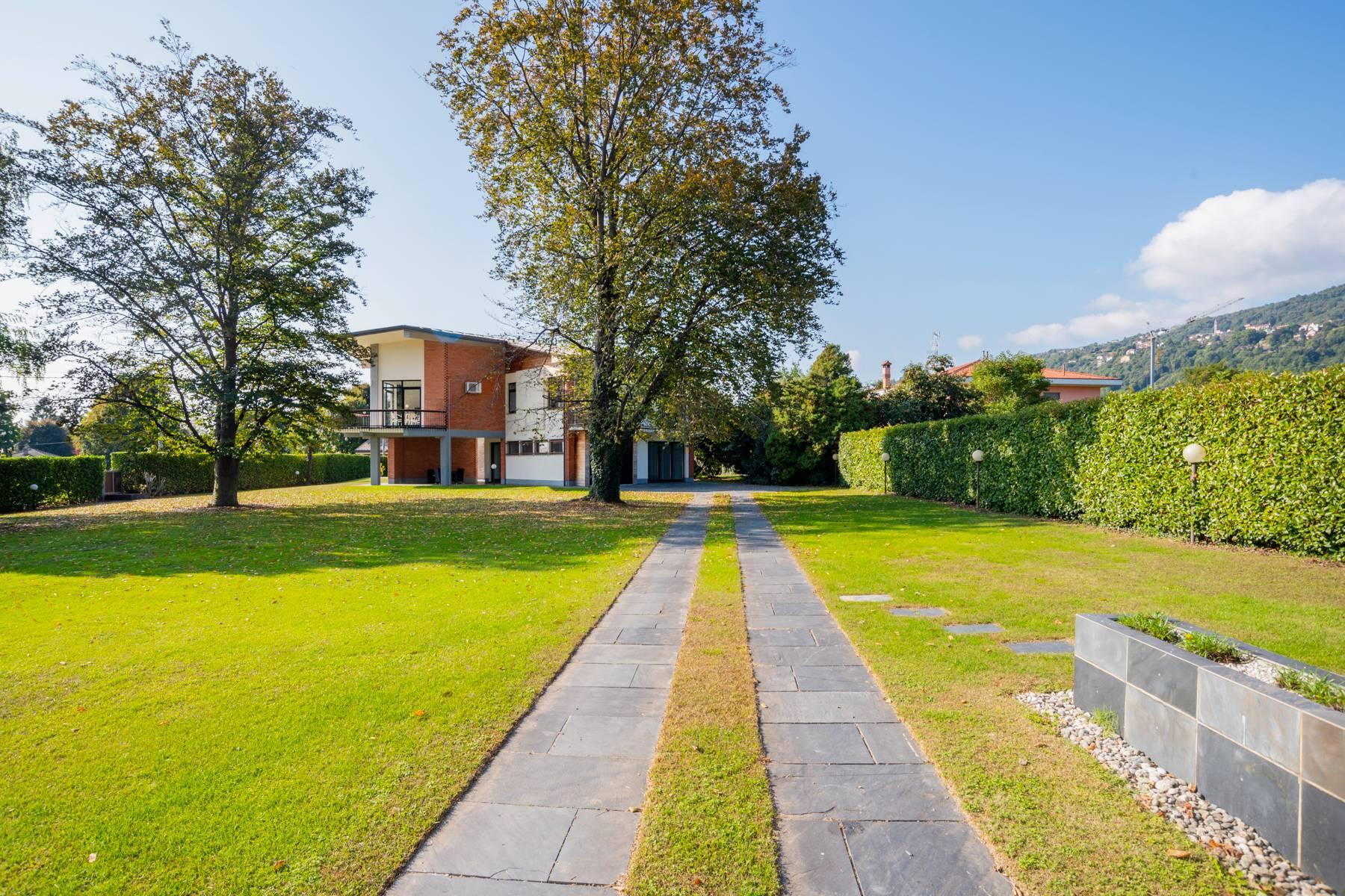 Schöne Villa mit Pool und Nebengebäude nur einen Steinwurf vom See entfernt - 36