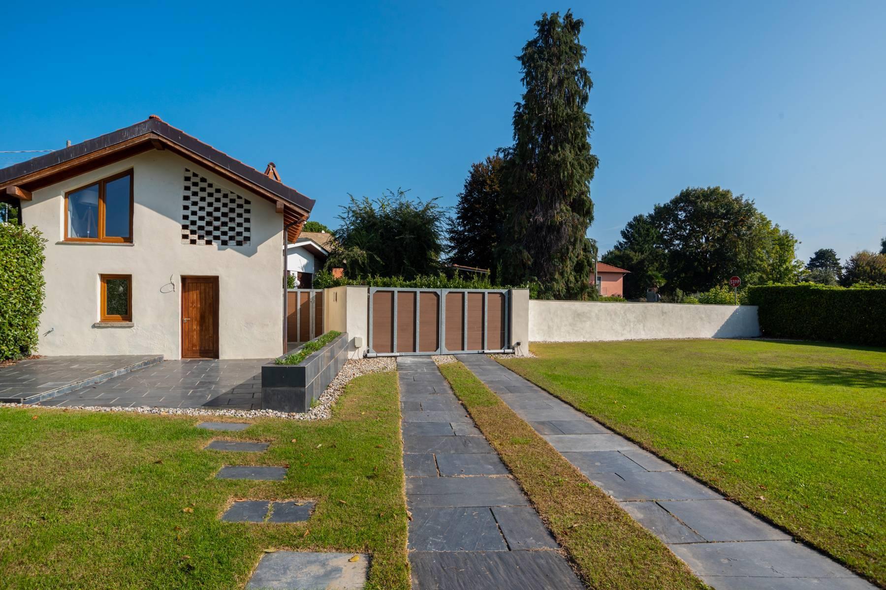 Schöne Villa mit Pool und Nebengebäude nur einen Steinwurf vom See entfernt - 9